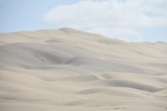 wieder hohe Sanddünen am Strand